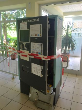 Die Täter haben den Automaten mit roher Gewalt geöffnet.