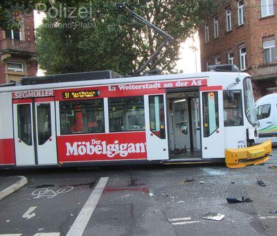 Die beschädigte Straßenbahn. (Bild: Polizei Mainz)