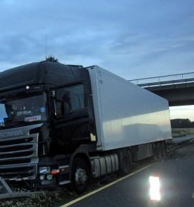 Fahrer schläft am Steuer seines LKW ein