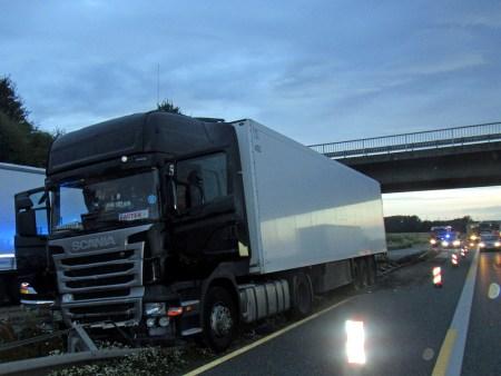 Der Fahrer war am Steuer eingeschlafen und der LKW blieb auf der Leitplanke hängen. (Bild: Autobahnpolizei Wörrstadt)