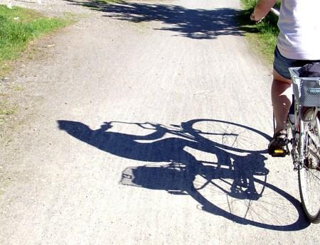 Mann tritt junge Frau vom Fahrrad. (Symbolbild: stock:xchng)