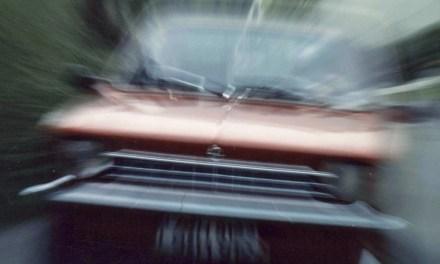 Bei einem Unfall wird eine Frau schwer verletzt – Fahrer flüchtet