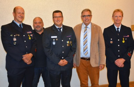 Peter Rot (dritter von Links) ist neue Wehrführer der Feuerwehr Oppenheim. (Bild: FW Oppenheim)