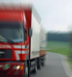 LKW ramponiert Auto in Nierstein und Fahrer fährt einfach weiter