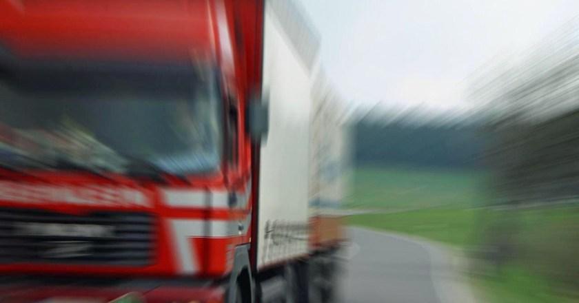 Frau läuft auf die Autobahn und wird von LKW überfahren
