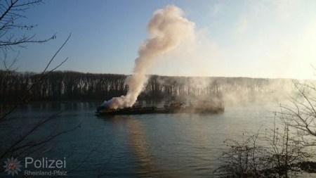 aschinenraumbrand auf einem Flußbauschiff bei Nierstein. (Bild: Wasserschutzpolizei Mainz)