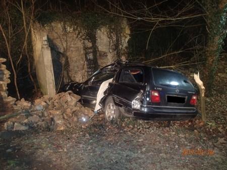 Die starke Zerstörung des Wagens lässt die Wucht des Aufpralls erahnen. (Bild: Polizei Mainz)