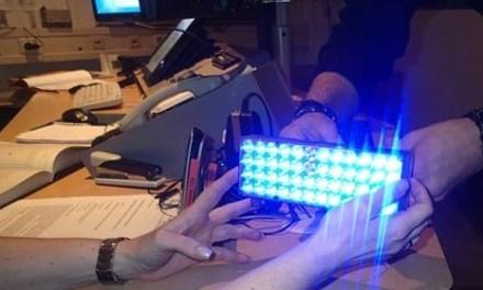 Raser fährt mit selbst installiertem Blaulicht der Polizei in die Arme