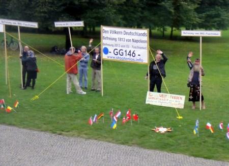 """Protest von """"Reichsbürgern"""", die sich auf Artikel 146 des Grundgesetzes berufen (vor dem Reichstagsgebäude in Berlin 2013) - Quelle: Wikipedia.de"""