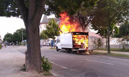 Baumaschine gerät beim Tanke in Brand
