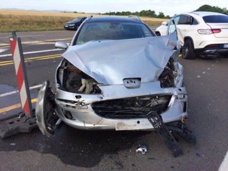 Der stark beschädigte Wagen. (Bild: Polizei Worms)