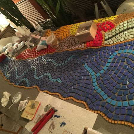 Das Mosaik in der Entstehung. (Foto: Sabine Gauly-Störing)