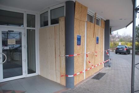 Die mittlerweile provisorisch verbarrikadierte Bank. (Foto: Andreas Lerg)