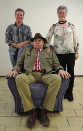 Die Familienidylle trügt. Thomas Schleicher (Mitte) steht dieses Jahr ganz schön unter Druck. Er gibt einen der beiden Ehemänner, von denen erwartet wird bald möglichst ein Mädchen zu zeugen. Foto: Ulla Niemann