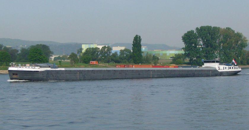 Buhne auf dem Rhein bei Nierstein durch unbekanntes Binnenschiff angefahren