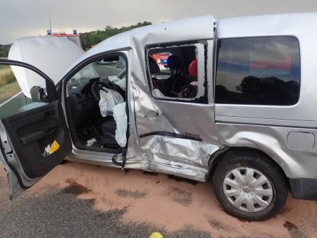 Der stark beschädigte Wagen bei dem Unfall auf der alten B9. (Foto: Polizei Oppenheim)