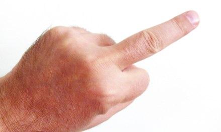 Mittelfinger – Nötigung und Beleidigung im Straßenverkehr