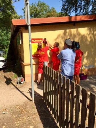 Ein Kamerateam des Südwestfunks drehte über die Montage der Schilder einen Nachrichtenbeitrag. (Foto: Karl-Arnold Lerg)
