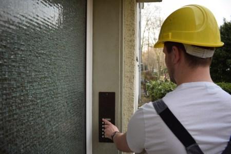 Vorsicht! Trickbetrüger geben sich an der Haustür als Handwerker, Geschäftsmänner oder Amtspersonen aus. (Bild: LKA Mainz)