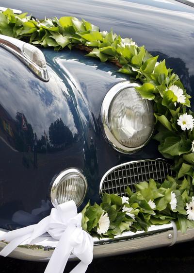 Oldtimer mit Blumenschmuck  Wir sagen Ja