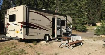 Wohnmobil und Campingbank auf dem Stellplatz Dorst Creek Campground Sequoia Nationalpark