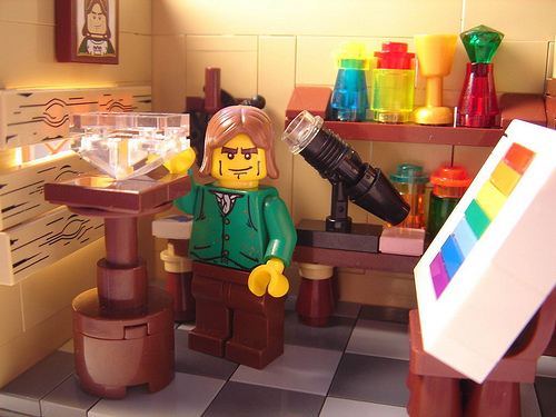 Newton demonstrates that white light can be broken down into a spectrum of colors. In Lego. Credit: Kubik-Rubik