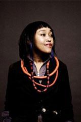 Diseñadora de moda francesa cuyo origen se encuentra en las Islas Comores (África), Sakina M'sa. Fotografiada por Arthur Deloye. Una cara afroasiática heredada de la historia de su archipiélago de origen , con Indonesia.