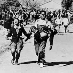 Mbuyisa Mkhubo llevando en brazos a Hector Pietersen, primer niño asesinado en el levantamiento de Soweto en 1976. Foto: Sam Nzima