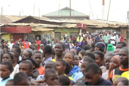 Espectadores del SFF en Kibera. Foto: cortesía de SFF.