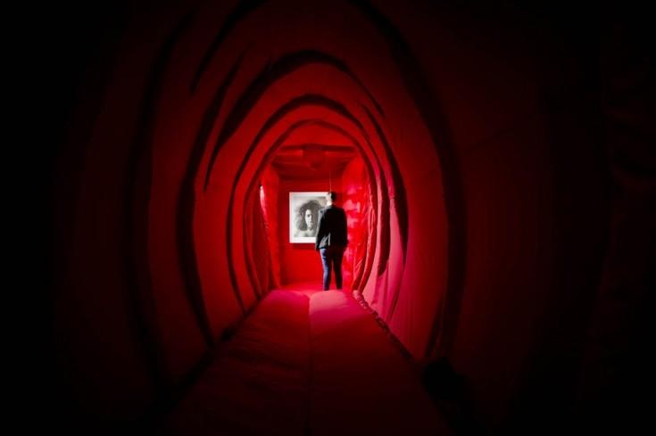 """Instalación de la exposición """"The two talking Yonis"""" de Reshma Chhiba"""