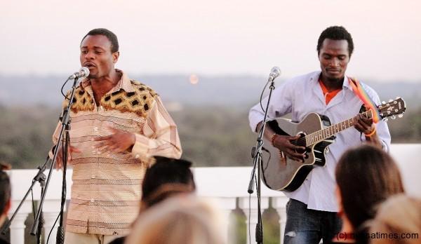 Un rapero congoleño colabora con el cantante Sirus en el Lake of Stars Festival 2013. Fuente: Nyasa Times.