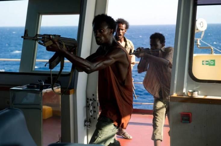 Momento del asalto al 'MV Maersk Alabama' con los actores somalíes Faysal Ahmed, Mahat Ali y Barkhad Abdirahman.