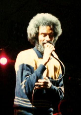 Gil Scott-Heron durante una actuación en Bristol en 1986. Fuente: Wikimedia - Robman94