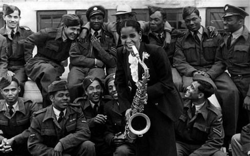 Mona Baptise , cantante de Blues trinadiense , llega a Inglaterra en junio de 1948 en el Empire Windrush.