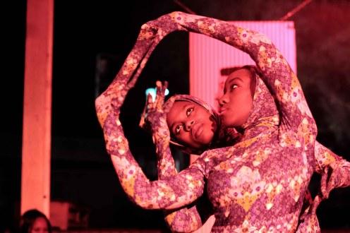 Actrices y bailarinas se pasearon por los raíles del Museo del Ferrocaril durante el 4º aniversario de la revista Up Magazine de Nairobi. Imagen de Sebastián Ruiz / Wiriko.