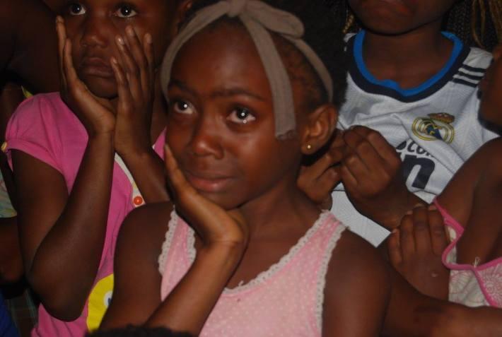 Una de las niñas que asistió a la manifestación contra el cierre del Centro Cultural llora, al comprender que el gobierno no quiere volver a abrirlo. Imagen de Cecilia Maho.