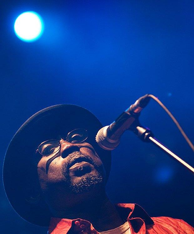 Uno de los cantantes de la Orchestra Baobab, Rudy Gomis / Foto: Mário Pires