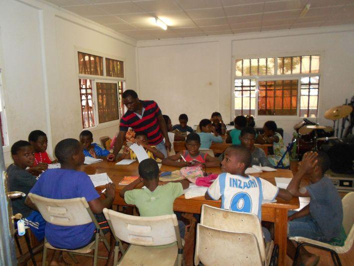 Una de las clases extraescolares que se impartían a los niños de Rebola en el Centro Cultural.