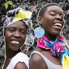 Lilly y Anna luciendo pañuelos impresos creados por ellas mismas. Foto de Afroretro