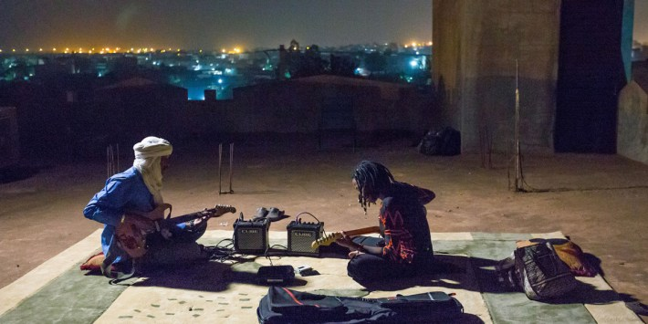 Fatoumata Diawara y Ahmed Ag Kaedi en un fotograma del documental Mali Blues