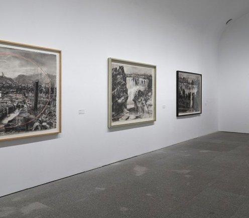 Serie Paisajes coloniales (1995-1996) en la exposición Basta y sobra de William Kentridge. Maqueta para Woyzeck (2016). Fotografía Muse