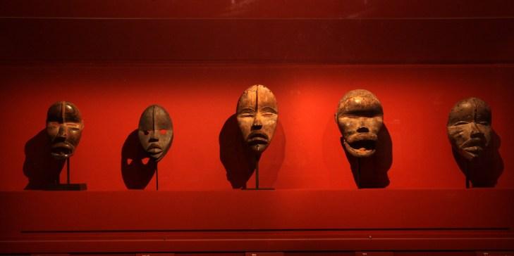 Máscaras expuestas en el Museo Quai Branly durante la exposición 'Los maestros de la escultura de Costa de Marfil'.
