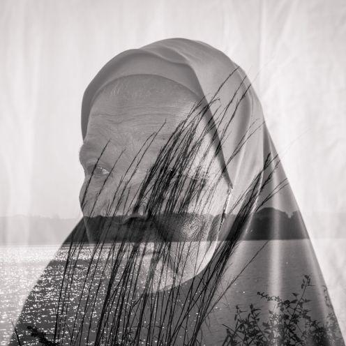 """""""Estaba postrada en la cama cuando atacaron los insurgentes, así que mi hija y yo nos quedamos atrás. Los insurgentes tomaron el control de nuestra comunidad durante casi un año y mi propiedad fue usada como un corredor por esta gente. Aunque los militares los persiguieron todavía pienso en todo lo que sucedió y temo que vuelvan"""", Fadimatu Dahiru, 80, Adamawa, Nigeria. Fotografía de Etinosa Yvonne"""