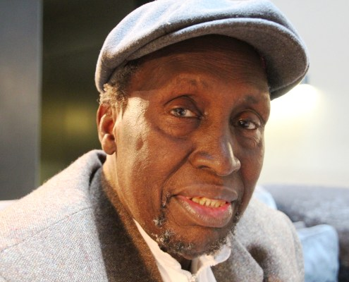 El escritor keniano Ngũgĩ wa Thiong'o durante su visita a Barcelona. Foto: Carlos Bajo