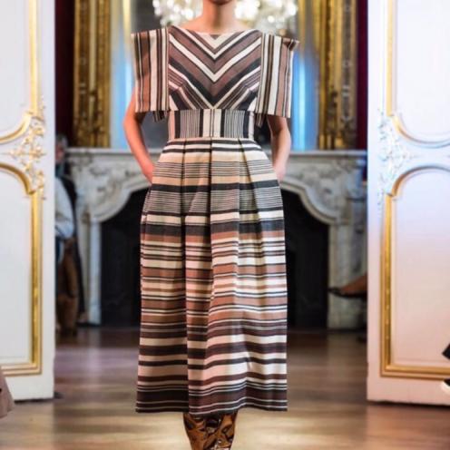 Vestido diseñado por Imane Ayissi realizado con algodón orgánico y tejido Faso dan Fani de Burkina Faso - Fotografía de Fabrice Malard