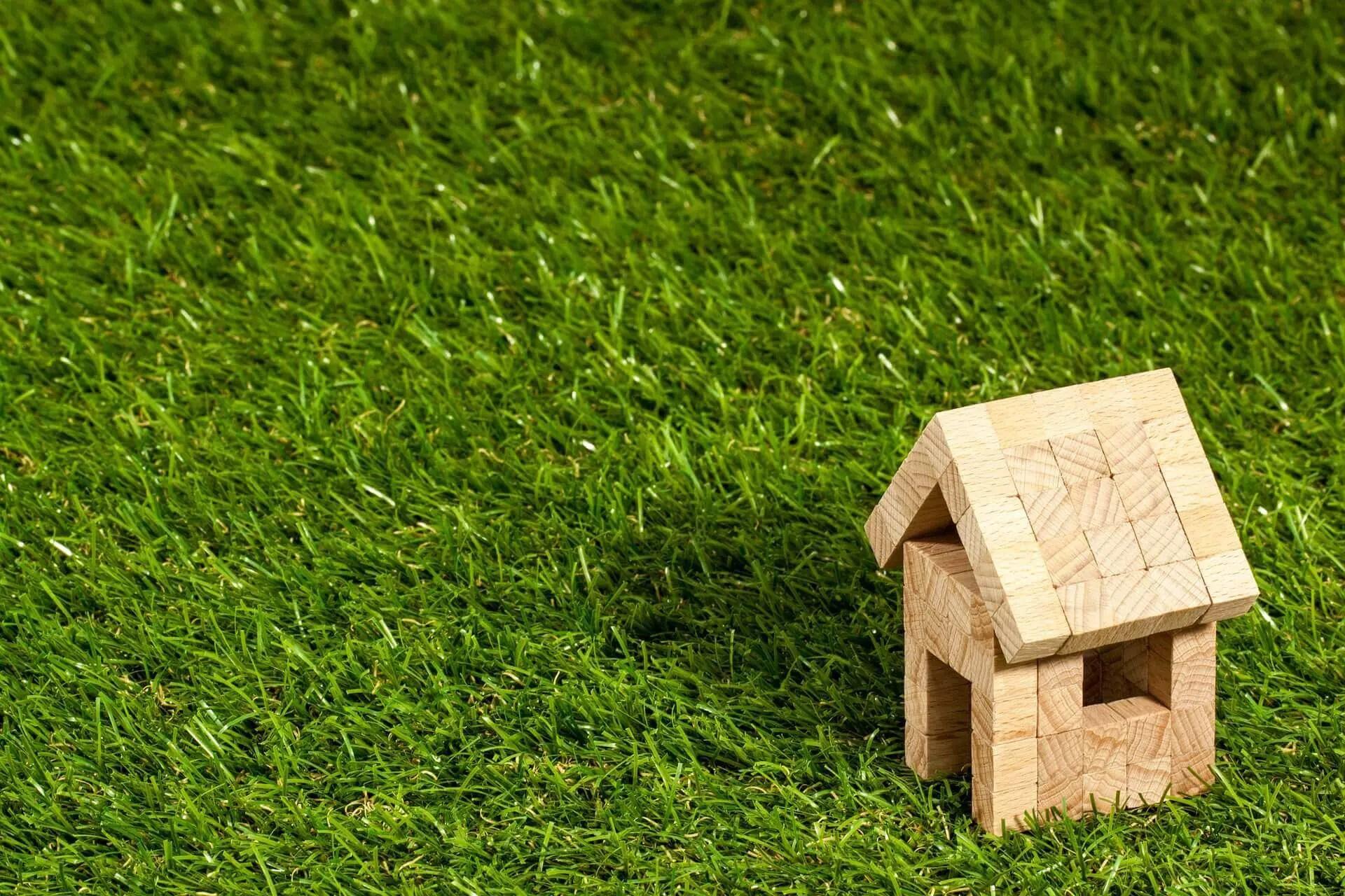 Haus auf grüner Wiese