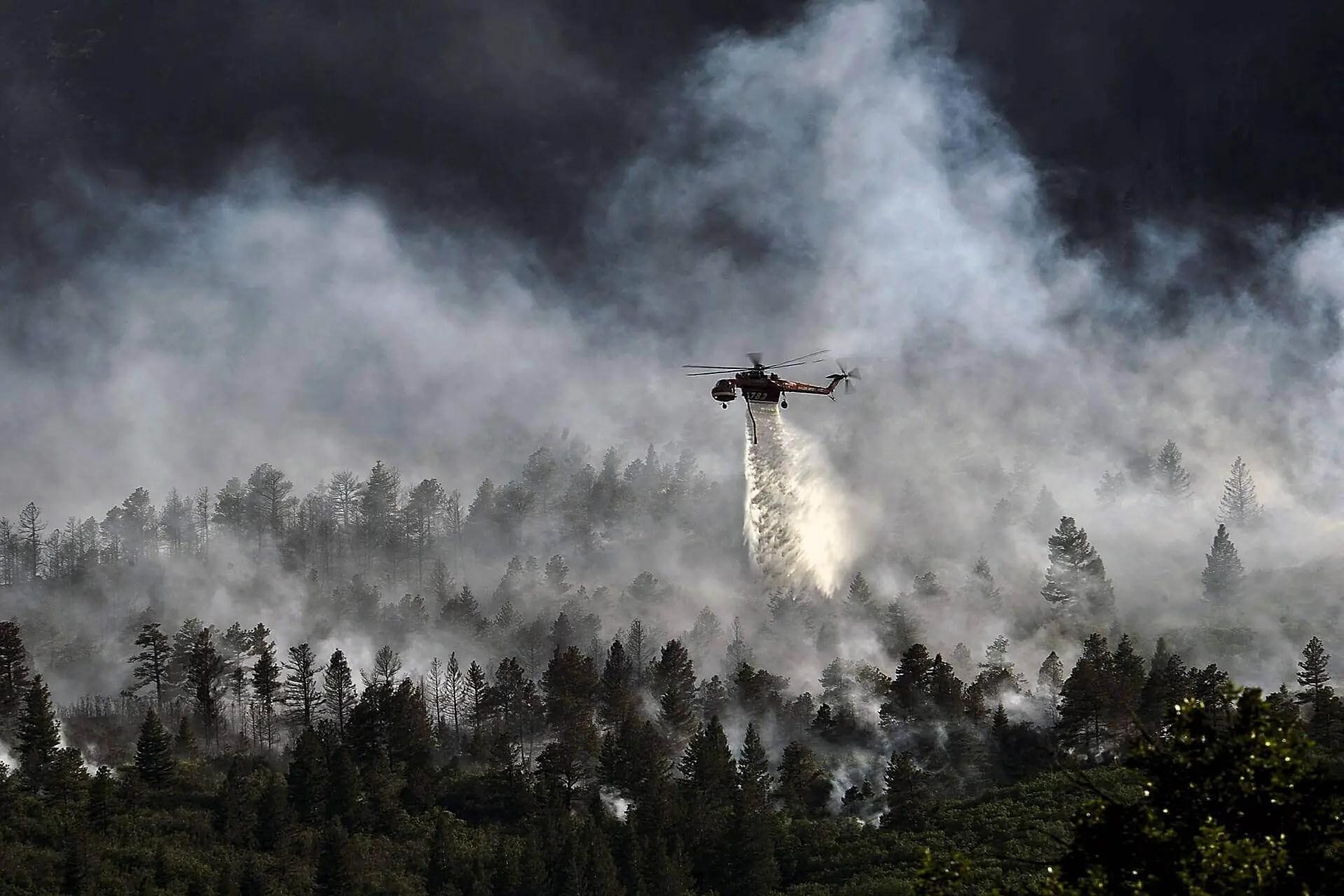 Löschhubschrauber im Einsatz bei einem Waldbrand