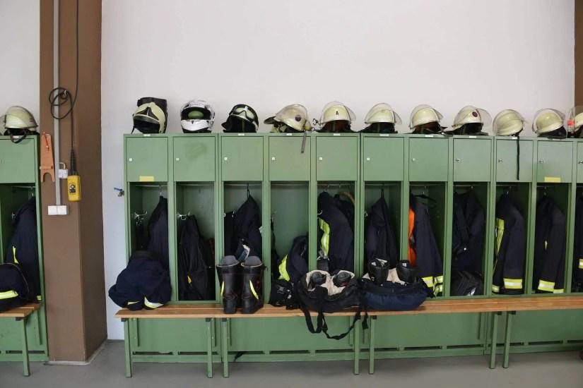 Umkleide in einem Feuerwehrhaus
