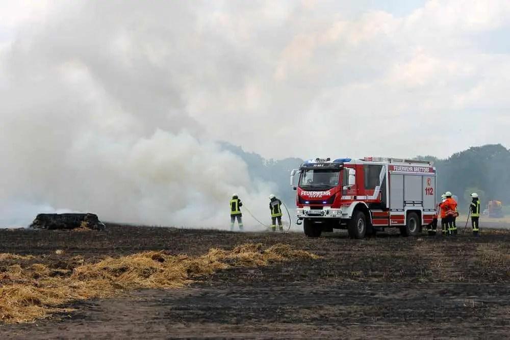 Bei Brand einer Strohpresse: Feuerwehrfahrzeug schwer beschädigt