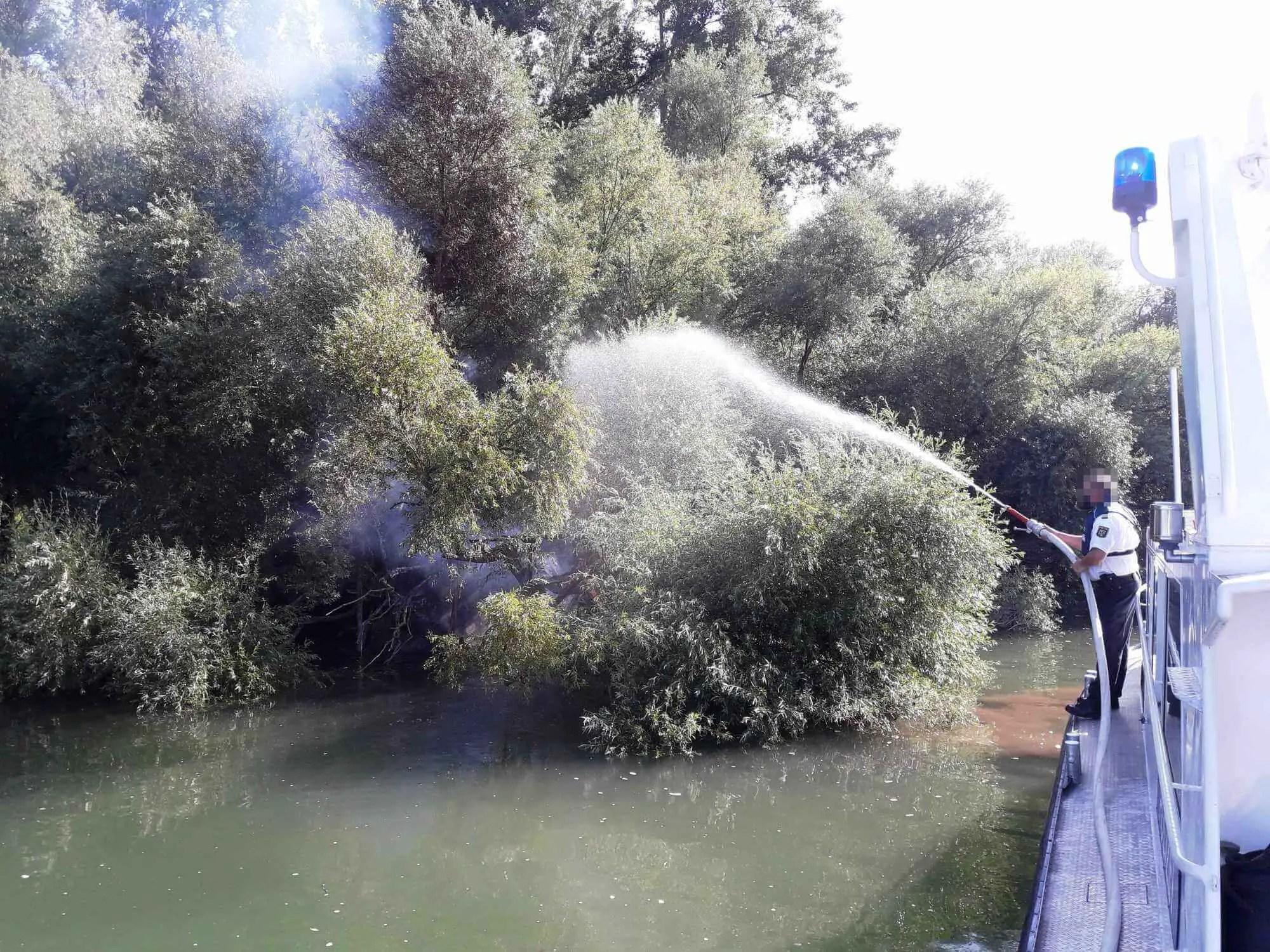 Feuerlöscheinsatz der Germersheimer Wasserschutzpolizei